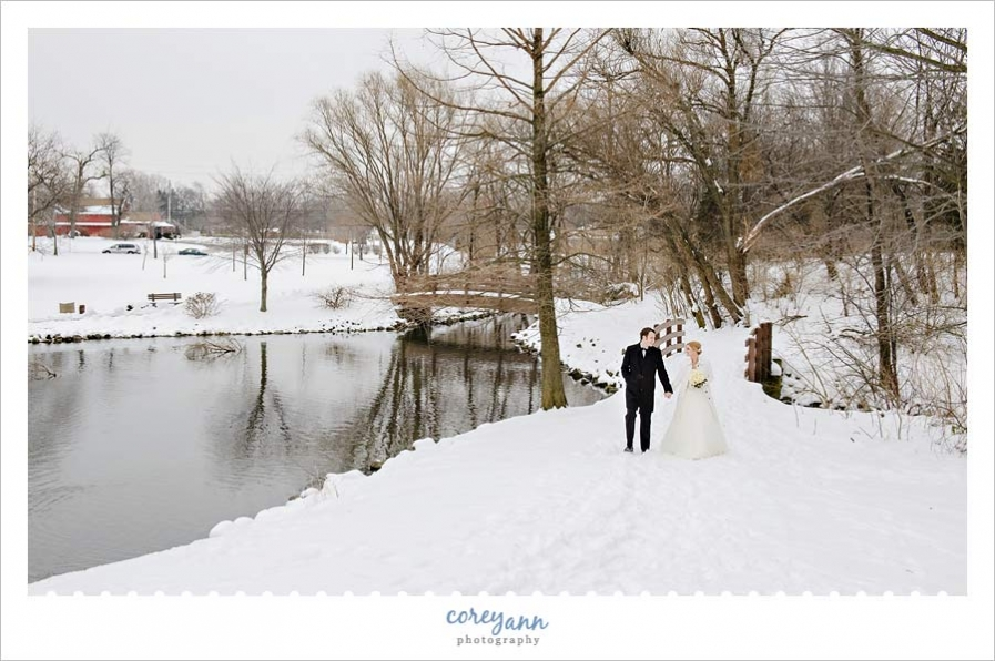 bride and groom pictures in the snow in ohio